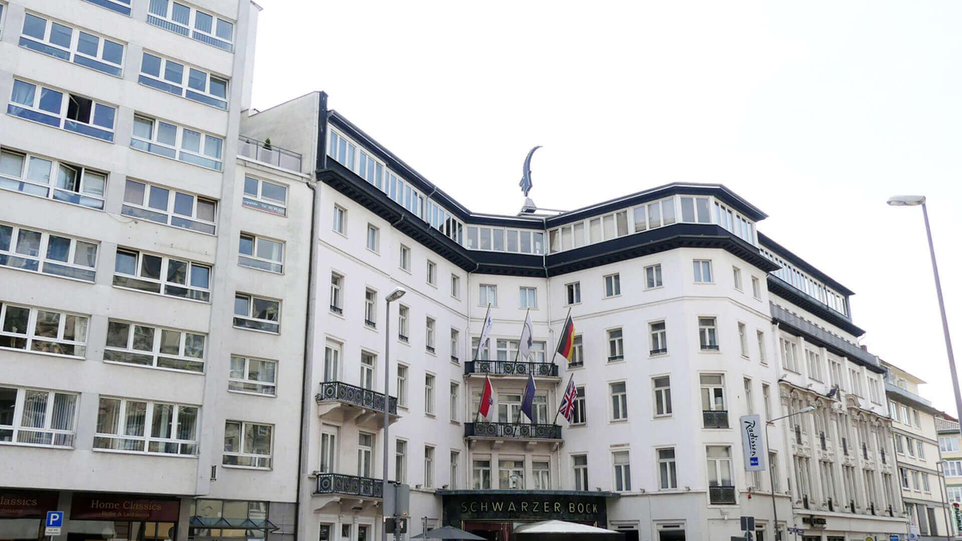 Frontansicht des Schwarzen Bock in Wiesbaden